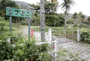 Enquanto fotos no site do colégio mostram propriedade bem cuidada, realidade é de abandono no local Foto: Fabio Rossi / O Globo