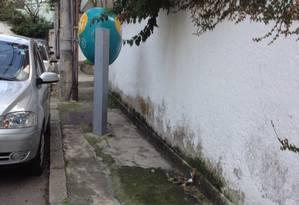 Falta de critério na instalação de mobiliário provoca problemas como o da Rua Mario Pederneiras, onde um orelhão obstrui a passagem de pedestres Foto: Foto do leitor Luis Pinto / Eu-Repórter