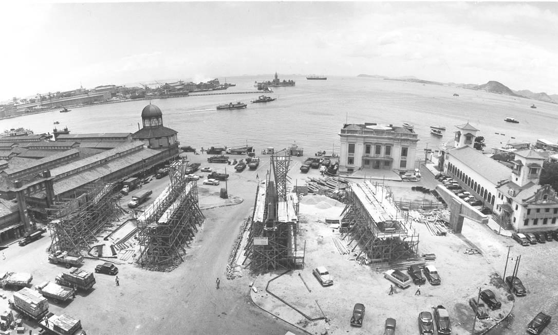 A partir deste domingo, O GLOBO lança a coleção 'Rio de outros tempos', com fotos históricas da cidade como esta, de 1958, das obras do Elevado da Perimetral, na Zona Portuária Foto: Arquivo / O GLOBO