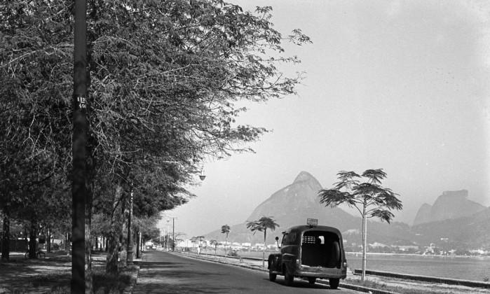 O sexto livro é dedicado aos espaços de lazer dos cariocas, como a Lagoa Rodrigo de Freitas. Na imagem, a Avenida Epitácio Pessoa em 1957 Arquivo O GLOBO