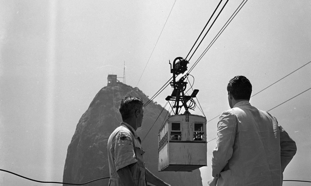 Divididas em oito volumes, as obras apresentam cenas e aspectos da vida carioca, a partir de mais de 200 fotos selecionadas do acervo do GLOBO. Na imagem, funcionários do Bondinho do Pão de Açúcar em 1958 Foto: Arquivo / O GLOBO