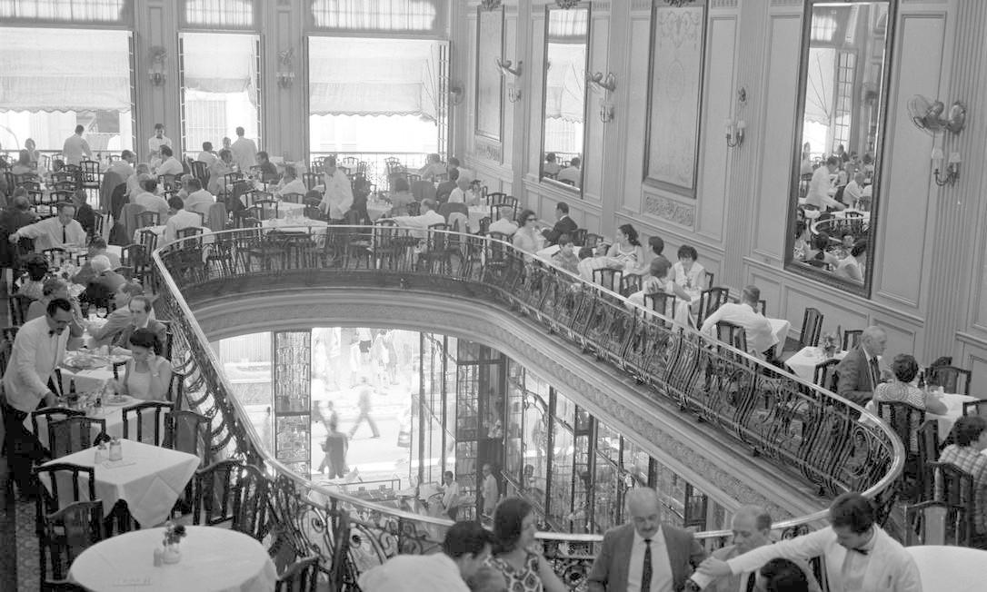 São flagrantes como este, da tradicional Confeitaria Colombo, lotada de clientes, em 1958 Foto: Arquivo / O GLOBO