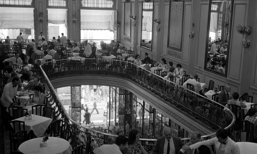 São flagrantes como este, da tradicional Confeitaria Colombo, lotada de clientes, em 1958 Arquivo / O GLOBO