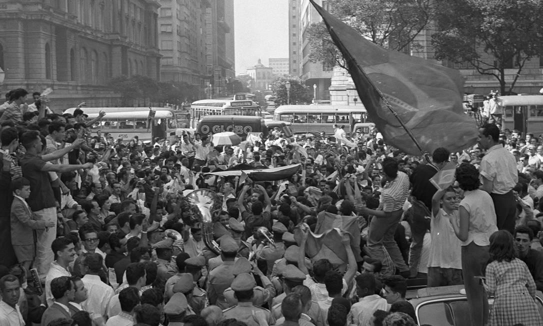 O quinto volume trata de outra paixão carioca: o esporte. Na imagem, multidão na Cinelândia festeja a primeira Copa do Mundo da Seleção Brasileira de futebol, em 1958 Foto: Arquivo O GLOBO
