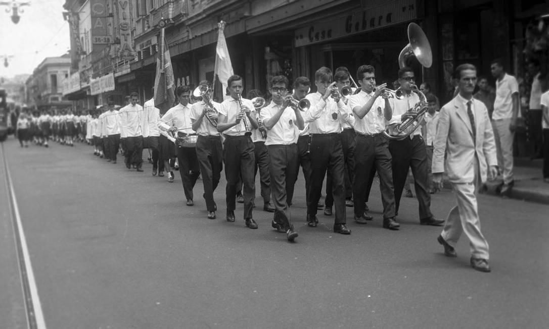 O quarto capítulo da série apresentará a evolução do cotidiano da cidade, com suas conversas de botequim, a vida noturna e até as escolas tradicionais, como o Colégio Pedro II (na foto em orgulhoso desfile pelo Centro em 1963 Foto: Arquivo O GLOBO