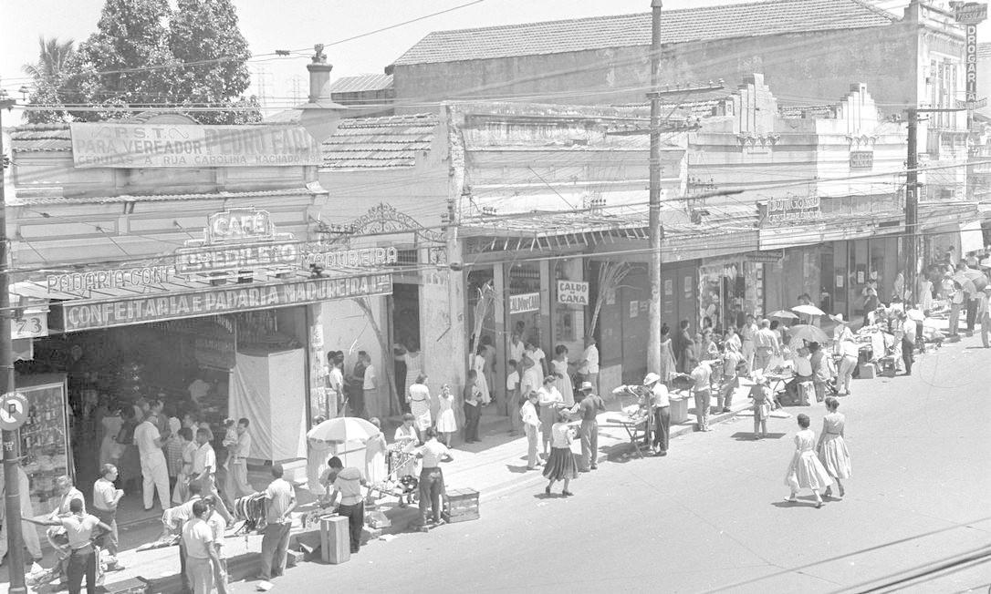 O segundo volume desfila pelos bairros, mostrando a vida em lugares como Copacabana, Méier, Botafogo ou Barra da Tijuca. Na imagem, comércio de ambulantes em Madureira, em 1959 Foto: Arquivo O GLOBO