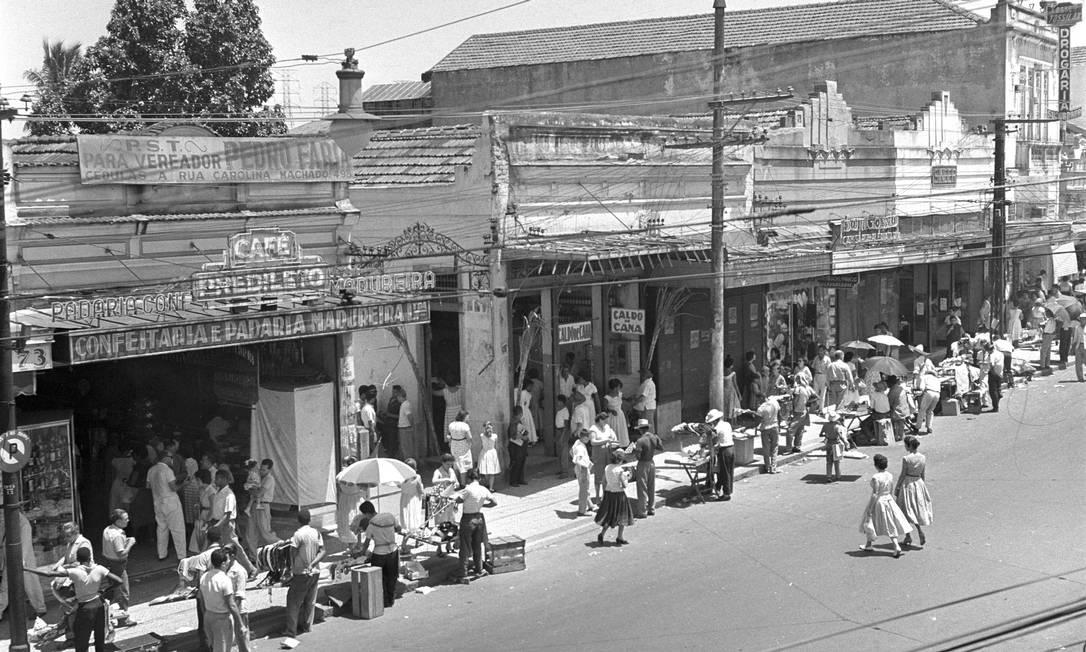O segundo volume desfila pelos bairros, mostrando a vida em lugares como Copacabana, Méier, Botafogo ou Barra da Tijuca. Na imagem, comércio de ambulantes em Madureira, em 1959 Arquivo O GLOBO