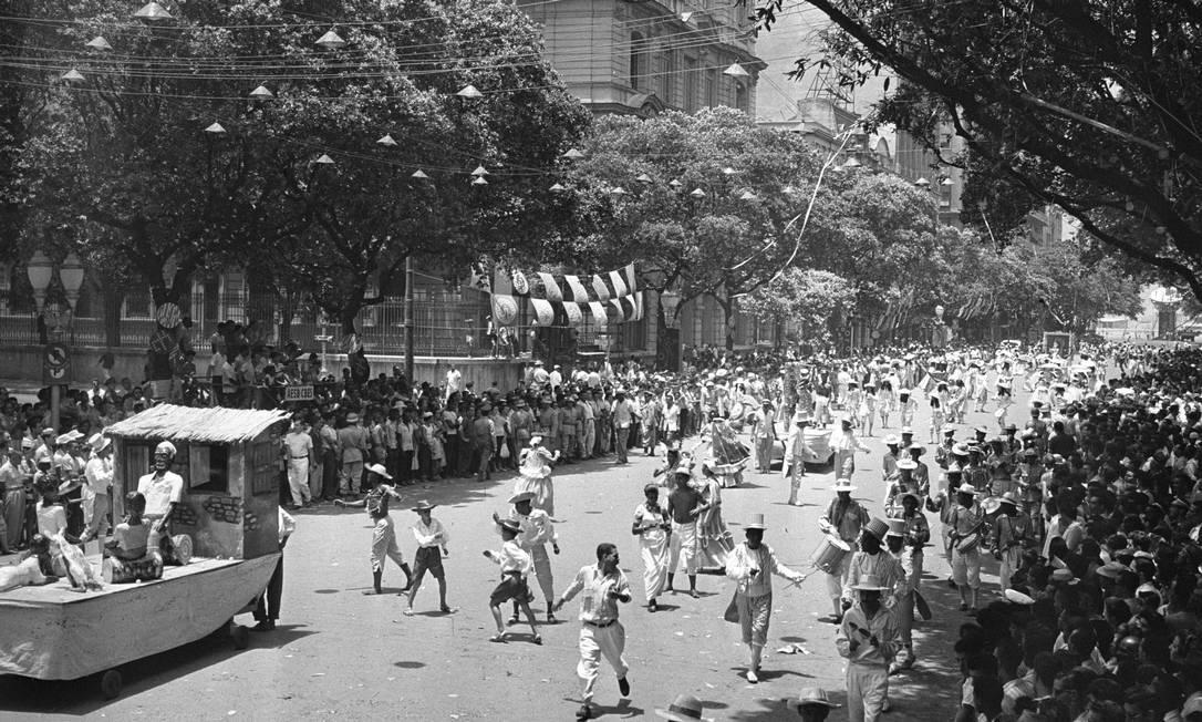 O carnaval é o tema do sétimo volume da coleção. Na foto, a escola de samba Tupy de Brás de Pina desfila na Avenida Rio Branco em 1959 Arquivo O GLOBO