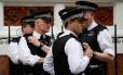 Policiais fazem guarda na porta da embaixada equatoriana em Londres, onde está Julian Assange