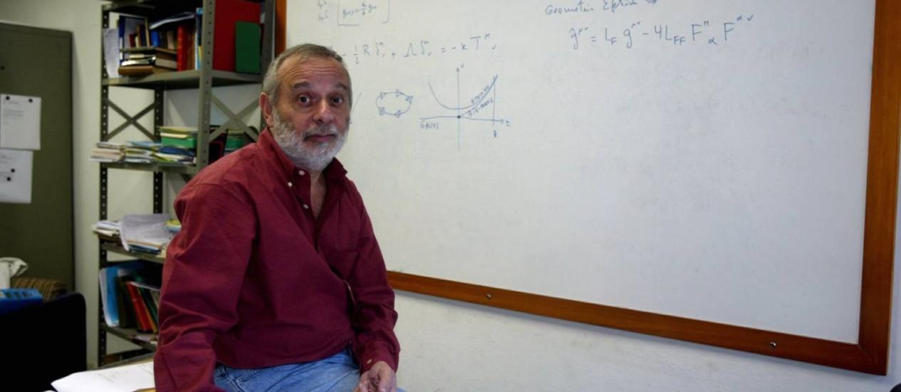 O físico Mário Novello: ainda em busca de respostas Foto: Marcelo Carnaval