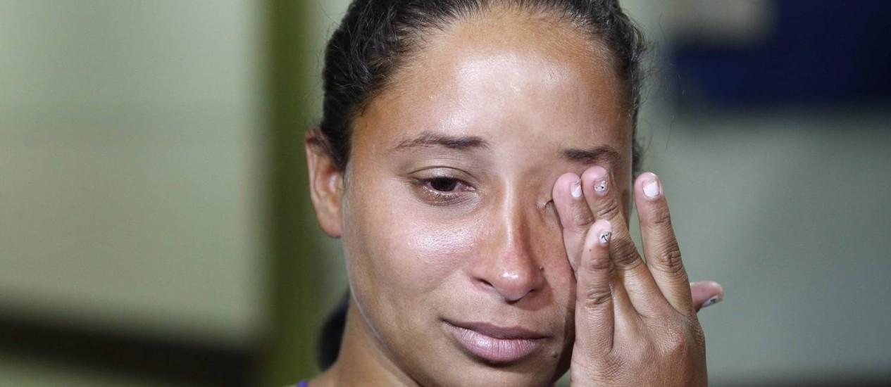 Lilian Regina da Silva visita o marido, o operário Eduardo Leite, no Hospital Miguel Couto, dois dias depois de o trabalhador ser atingido por um vergalhão em obra em Botafogo Foto: Pablo Jacob / O Globo