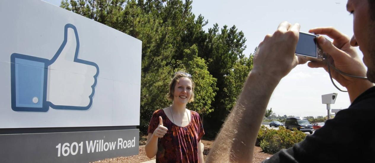 Turistas tiram fotos na sede do Facebook, em Palo Alto Foto: AP