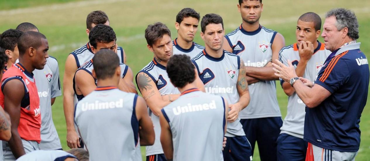 Abel Braga orienta os jogadores no treino nas Laranjeiras Foto: Divulgação / Photocâmera