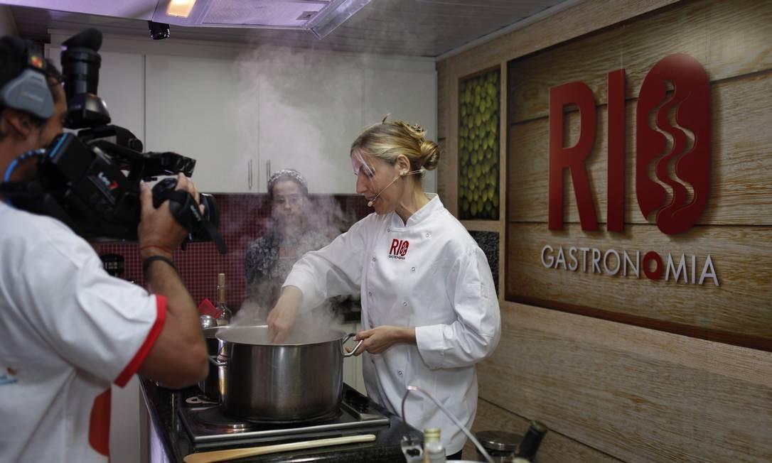 A chef Ellen Casagrande, da Escola do Pão, vencedora do prêmio na categoria café da manhã, ensinou o úblico a preparar uma base para o risoto Foto: Guillermo Giansanti