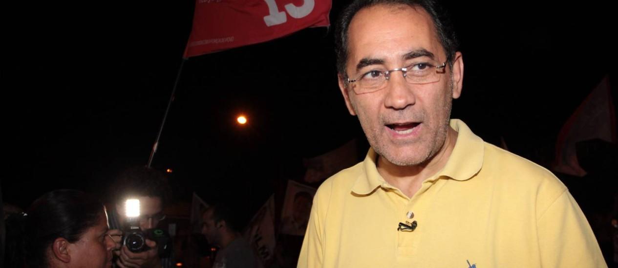 Sub judice. João Paulo mantém campanha, apesar de pressão de partidários pela renúncia Foto: O Globo / Eliária Andrade