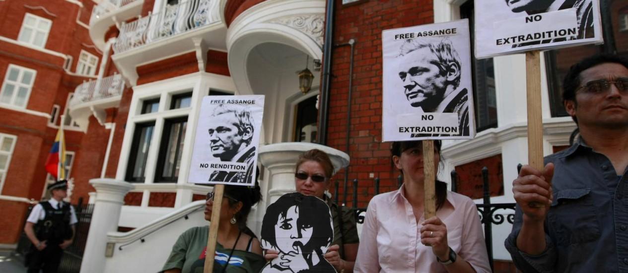 Manifestantes na porta da embaixada do Equador, em Londres Foto: AP