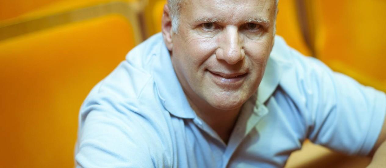 Irritação diária. O diretor do teatro Maison de France, Cédric Gottesmann, se aborrece com os atendentes dos SACs Foto: Leo Martins