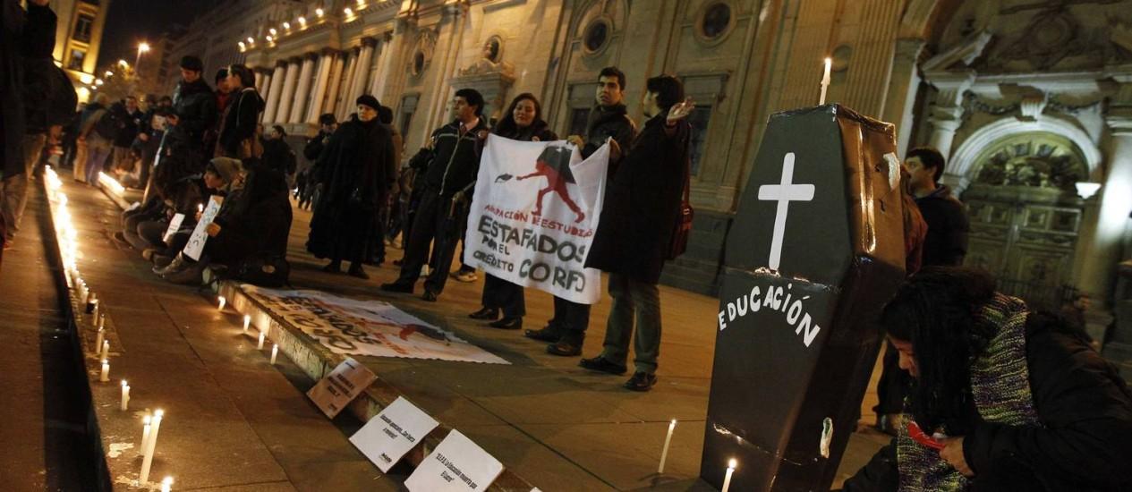 """Estudantes fazem manifestação chamada de """"Funeral da educação, em Santiago, no Chile Foto: Eliseo Fernandez/Reuters"""
