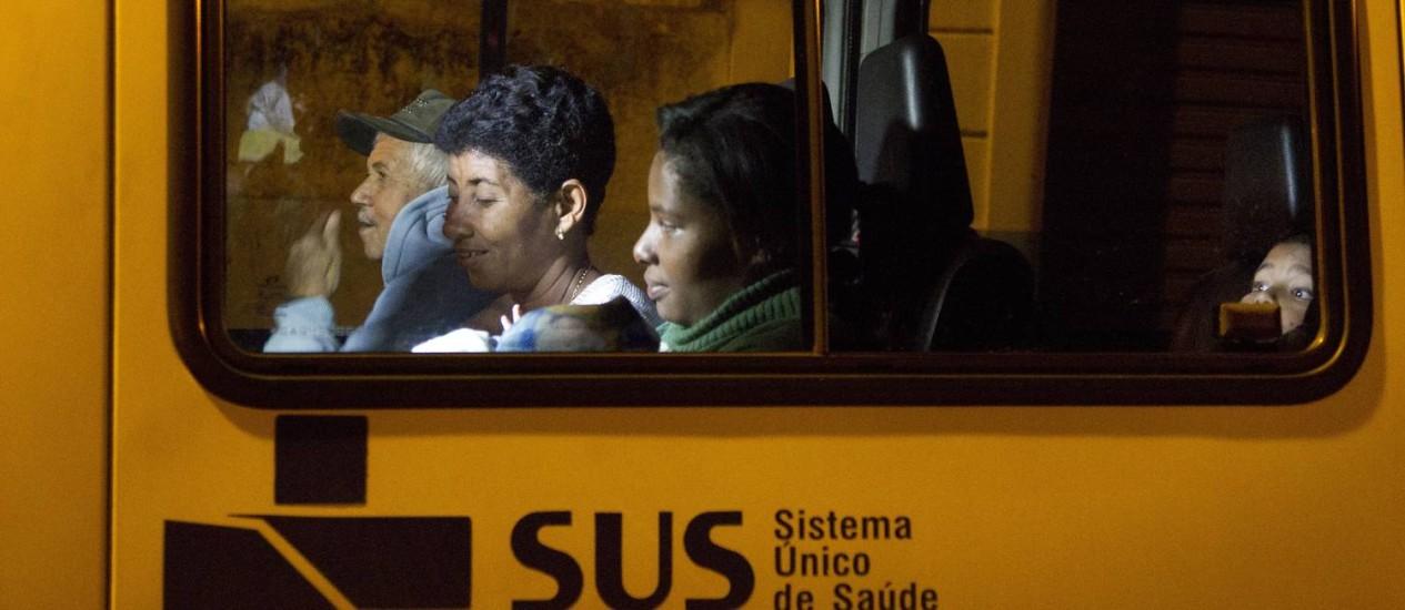 A volta. Exaustos, passageiros da van retornam para Porciúncula depois de passar o dia inteiro no Rio Foto: Márcia Folleto / O Globo