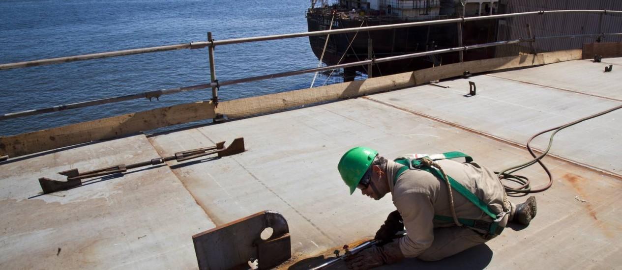 Na proa. Trabalhador do Estaleiro Mauá, um dos que mais têm feito encomendas a fornecedores locais para a construção de navios que depois serão entregues à Petrobras Foto: Mônica Imbuzeiro/Agência O Globo