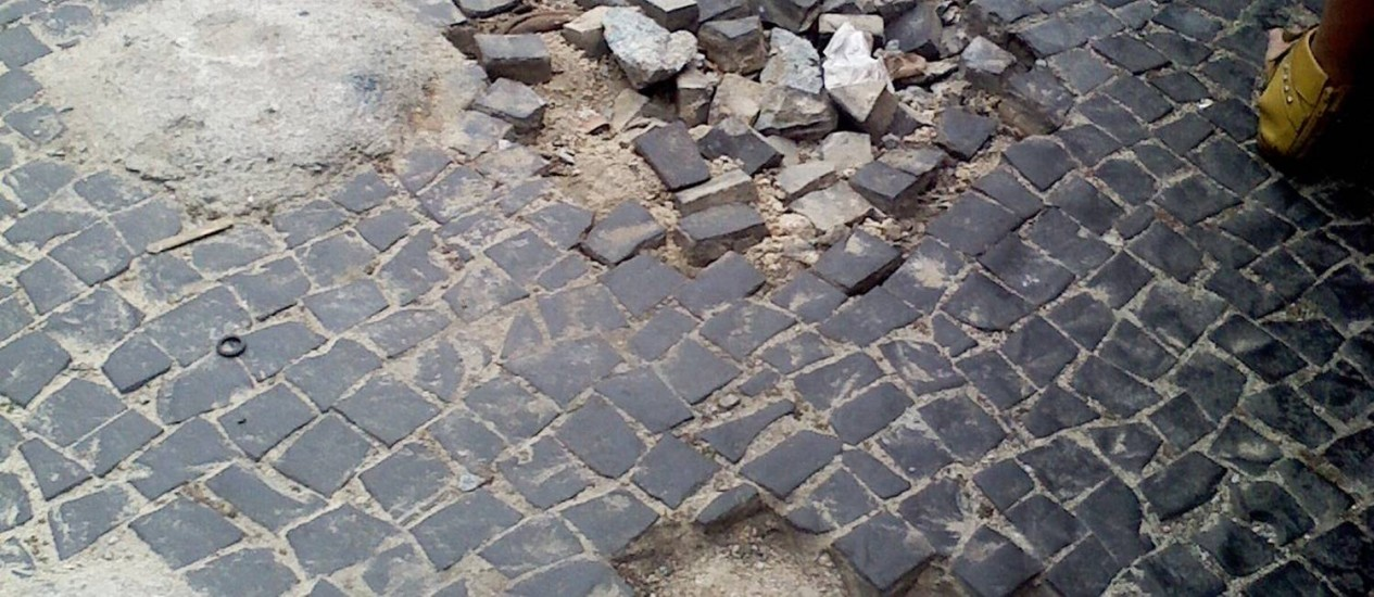 Buracos e restos de concreto estão provocando acidentes no Largo do Machado, diz leitora Foto: Foto da leitora Neyde Cabral / Eu-Repórter