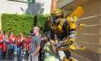 Turistas tiram fotos com o robô Bumblebee, na área dedicada aos Transformers na Universal Studios, em Los Angeles.