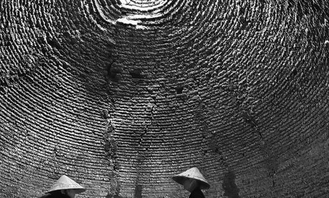 A relação entre as pessoas e as construções é inspiração para esta fotografia de Phuc Ngo, que mostra trabalhadores em uma fábrica de tijolos no Vietnã Phuc Ngo