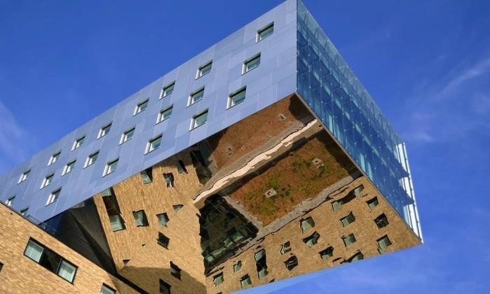 Imagem feita pelo uruguaio Gonzalo Acuña, em Berlim, de prédio em balanço com prisma de espelhos na parte inferior Gonzalo Acuña