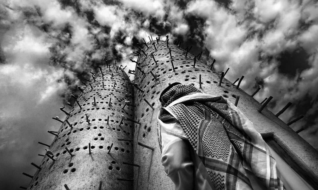 A foto de Mario Cardenas mostra um morador local em frente às torres do Katara Cultural Village, em Doha, no Catar Mario Cardenas