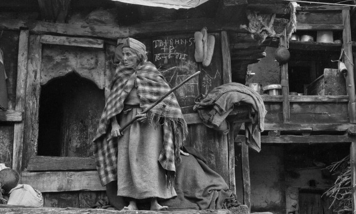 """Ahana Gangopadhyay fez esta imagem em Chitkul, na Índia, com o objetivo de """"explorar a relação entre a velha senhora e sua velha casa de madeira"""" Ahana Gangopadhyay"""