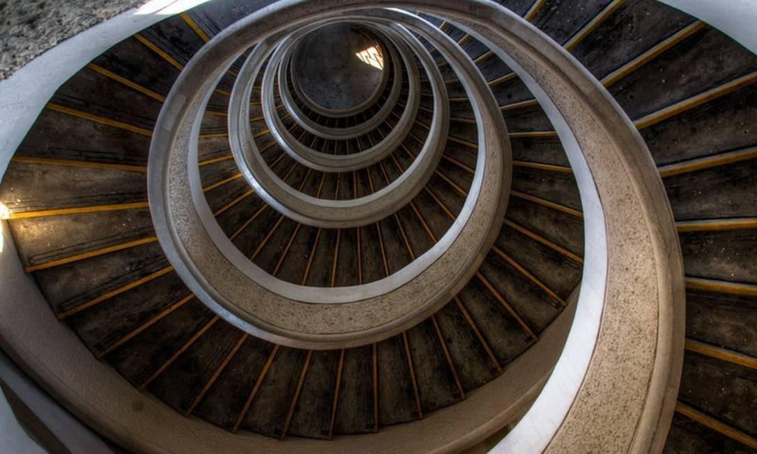 """A foto """"Olho de águia"""", foi feita por Zheng Hui Ng, da Malásia, e mostra a escadaria de um templo em Cingapura Zheng Hui Ng"""
