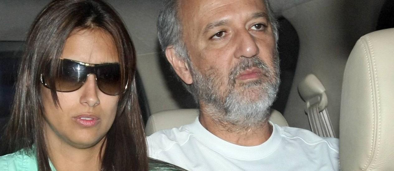 José Roberto Arruda na saída da prisão com a mulher, em abril de 2010 Foto: Arquivo O Globo 12/04/2010