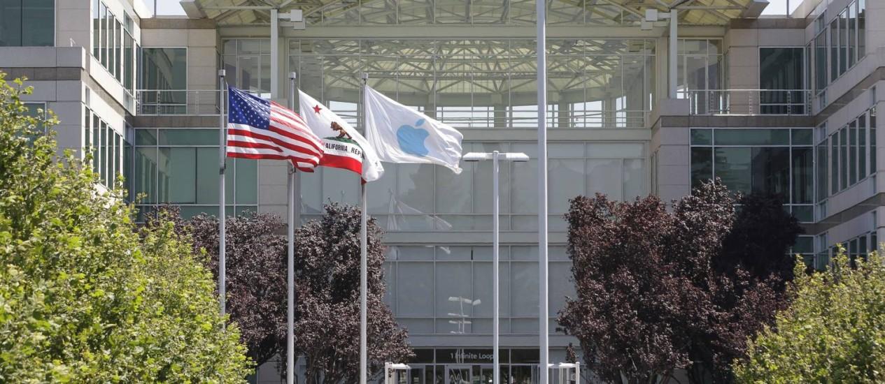 Na sede da Apple, em Cupertino, a bandeira americana em destaque Foto: AP
