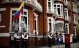 Policiais fazem a segurança na porta da embaixada do Equador em Londres