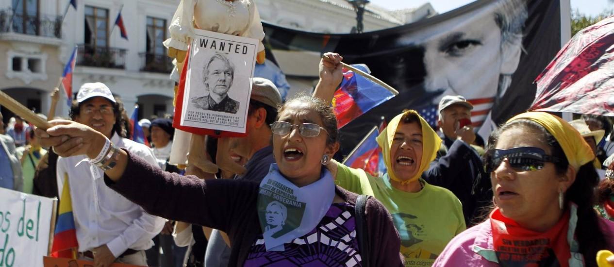 Manifestantes fazem passeata pró-Assange nas ruas de Quito, no Equador Foto: Erick Ilaquize/Reuters