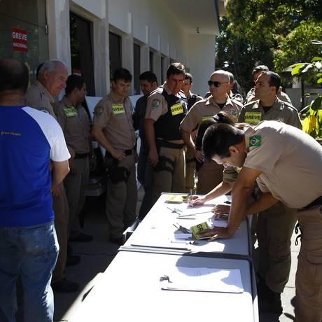 Em greve, policiais rodoviários federais entregam seus distintivos no posto da corporação localizado na Rodovia Presidente Dutra (BR-116) Foto: Pablo Jacob