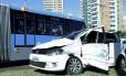 Ônibus e carro colidiram no BRT da Avenida das Américas, altura do Rio Design