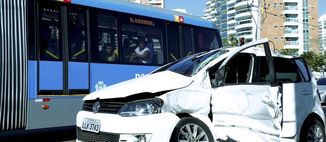 Ônibus e carro colidiram no BRT da Avenida das Américas, altura do Rio Design Foto: Marcelo Piu / O Globo
