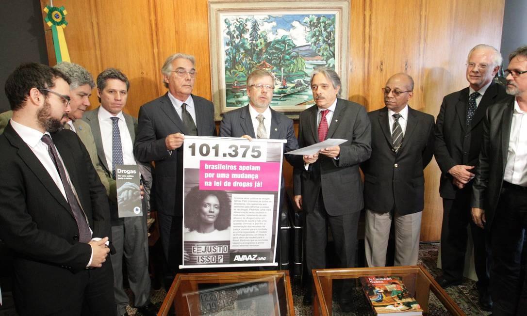 Comitiva da Comissão Brasileira sobre Drogas e Democracia entrega anteprojeto de lei que propõe a descriminalização do usuário de drogas Foto: O Globo / André Coelho