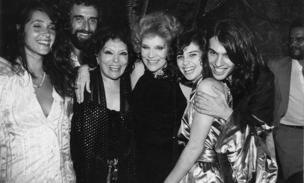 Em 1982, com o psicanalista Eduardo Mascarenhas e as atrizes Christiane Torloni, Tônia Carrero e Lidia Brondi, com Ricardo Waddington Foto: Divulgação
