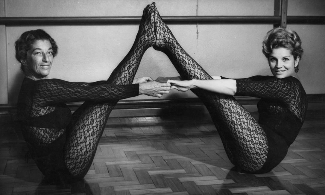 Em 1966, fazendo pose com Yara Vaz, referência nacional na ginástica, que apresentou o primeiro programa sobre o tema na TV brasileira. Tonia também era formada em Educação Física Reprodução