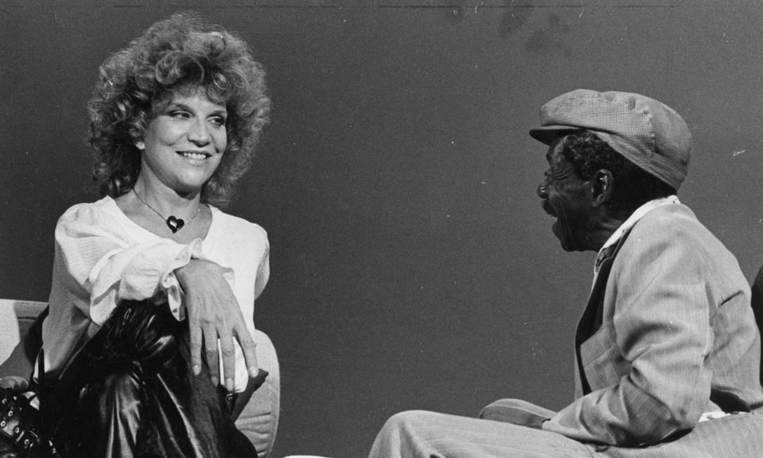 Em 1982, conversando com o colega Grande Otelo. O currículo dos dois se cruza em alguns momentos da vida, como na novela 'Uma rosa com amor', escrita por Vicente Sesso e dirigida por Walter Campos, que foi ao ar entre 1972 e 1973 Foto Divulgação / TV E Canal 2