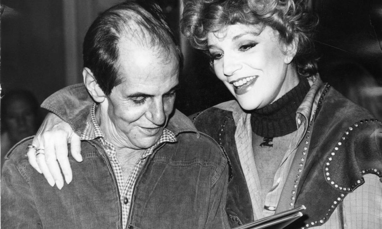 Ela fundou, nos anos 1950, com seu marido na época, o italiano Adolfo Celi, e com Paulo Autran, a Companhia Celi-Autran-Carrero, que revolucionou o teatro. A foto acima é de 1981, com o escritor Paulo Mendes Campos Foto: Divulgação