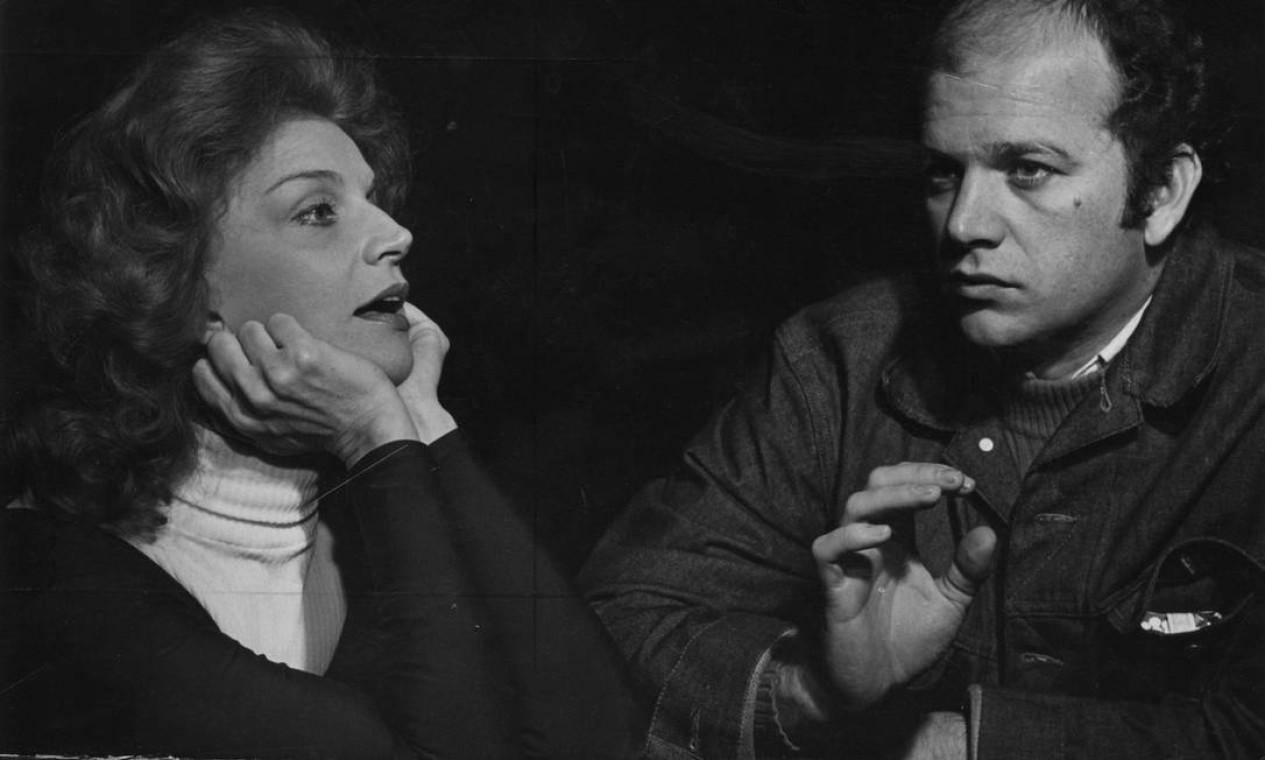 Em 1971, com o filho Cecil Thiré, no ensaio de 'Casa de bonecas', de Ibsen, com ele na direção e ela no elenco. Tonia é avó de Miguel Thiré, Luísa Thiré e Carlos Thiré, que também se tornaram atores Foto: Divulgação