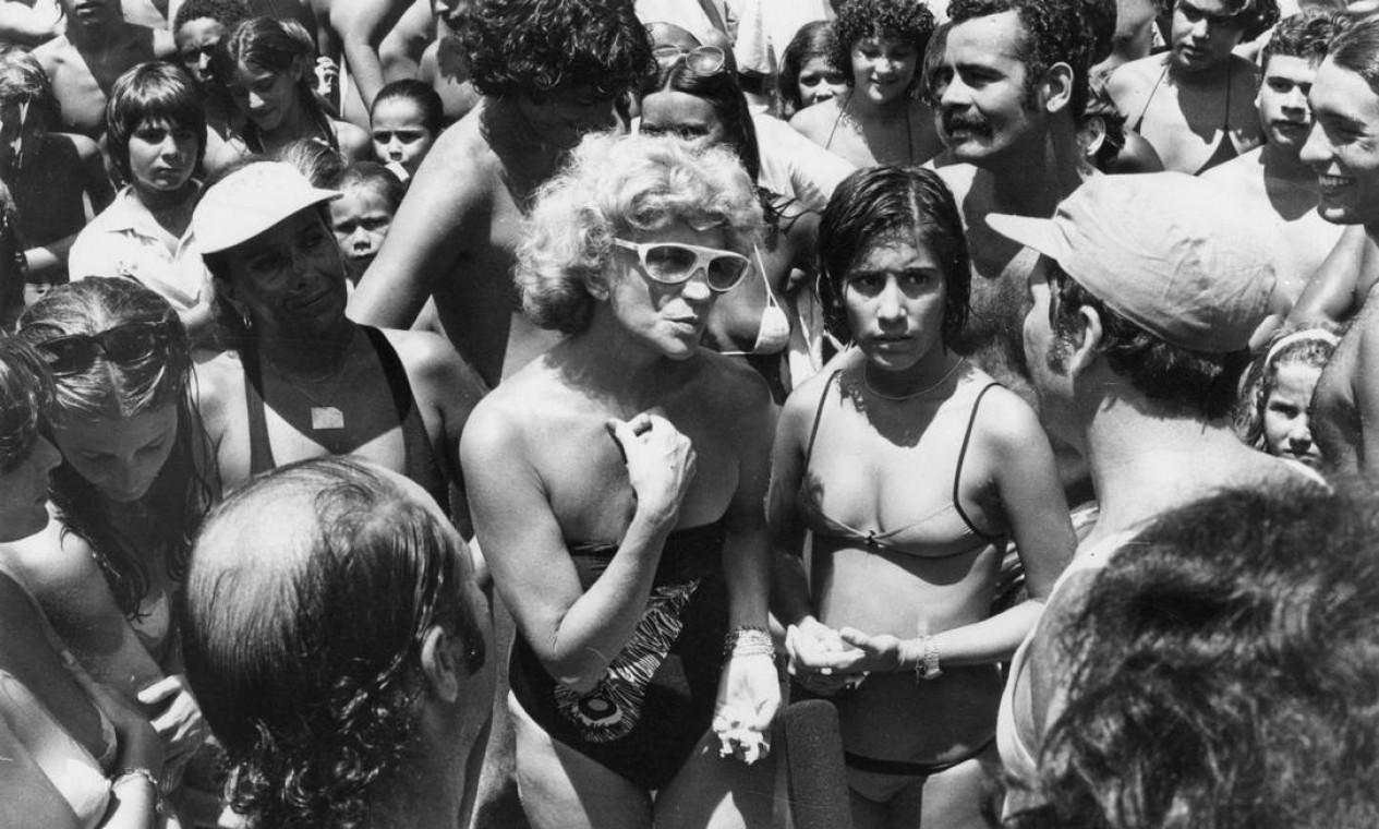 Em 1980, ao lado de Gloria Pires e figurantes, na novela 'Água viva' Foto: Adir Mera / Agência O Globo