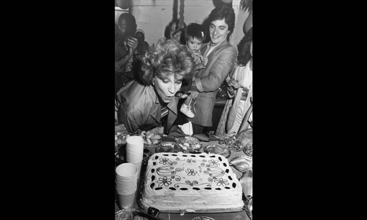 Nascida em 23 de agosto de 1922, Tonia Carrero comemora seus 90 anos nesta quinta-feira. A foto acima é de seu aniversário de 1983. Ao lado, Fabio Jr. com a pequena Cleo Pires, prestes a completar um ano Foto: Arquivo