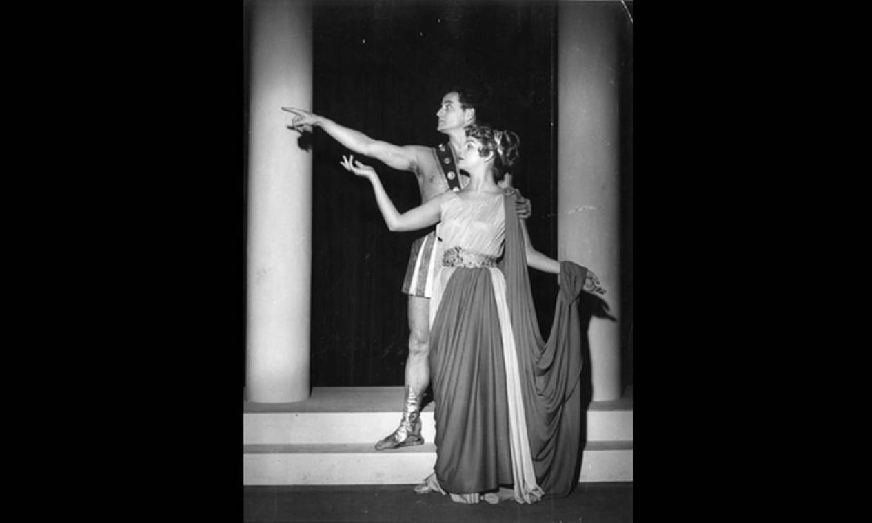 Tonia e Paulo Autran estrearam juntos no teatro, em 1949, com a peça 'Um deus dormiu lá em casa', de Guilherme Figueiredo. A foto acima é dos amigos na remontagem de 1974 Foto: Divulgação