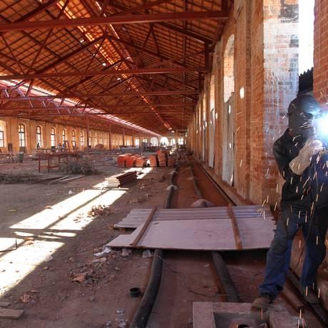 Um dos galpões na Gamboa que serviram a uma antiga ferrovia e hoje estão sendo recuperados para se transformar em centro cultural. Construção do século XIX tem tijolos no padrão inglês e área de 14 mil metros quadrados Foto: Domingos Peixoto / O Globo