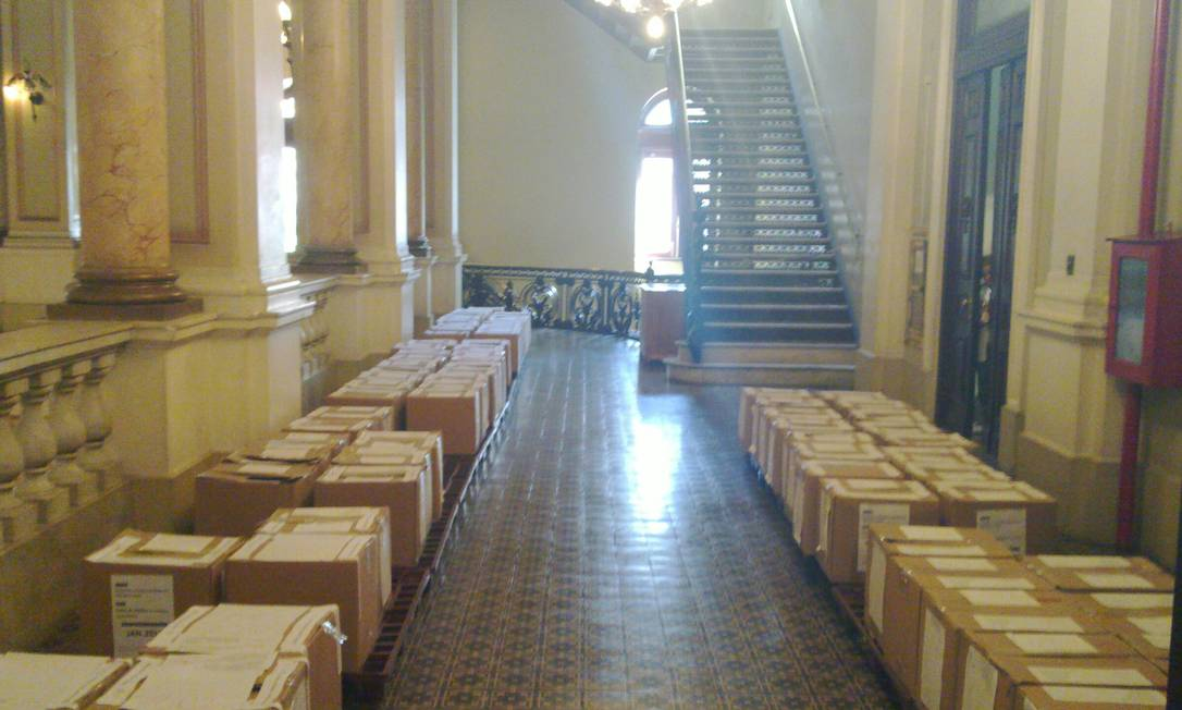 Sobrecarga. Parte do acervo acumulado na biblioteca e que estaria gerando excesso de peso Foto: Funcionários da Biblioteca Nacional / Divulgação