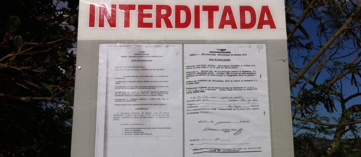 Placa avisa sobre a interdição da ponte Foto: Foto enviada por leitor